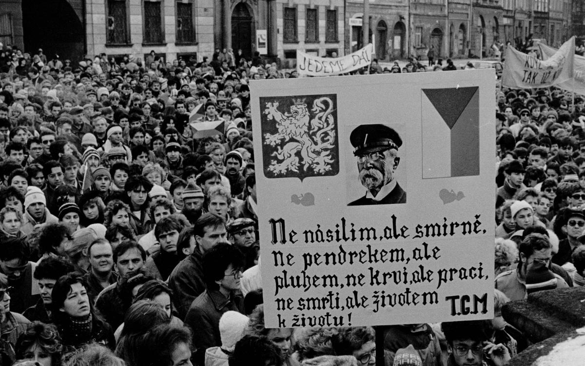 Demonstrace na Velkém náměstí (foto Ladislav Chytrý)